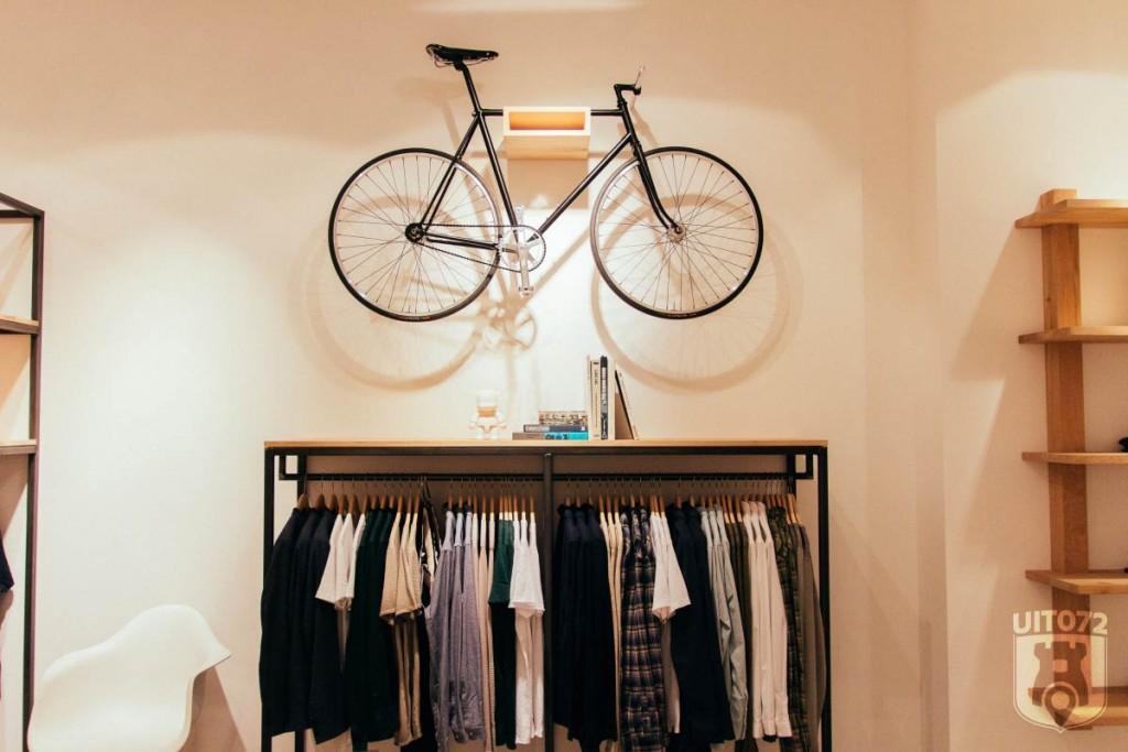Twentyonewood: fiets boven kledingrek