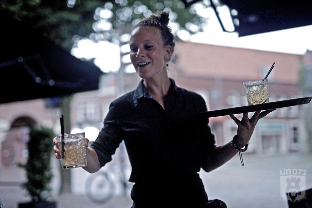 Fellini: gin & tonic uitserveren