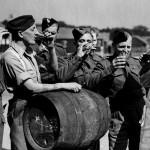 Soldaten drinken bier na WW2