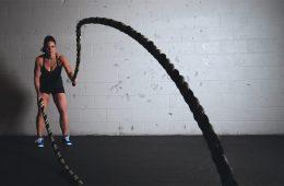 Fitness vrouw touwen