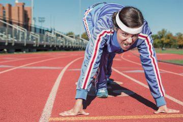 Vrouw op athletiekbaan