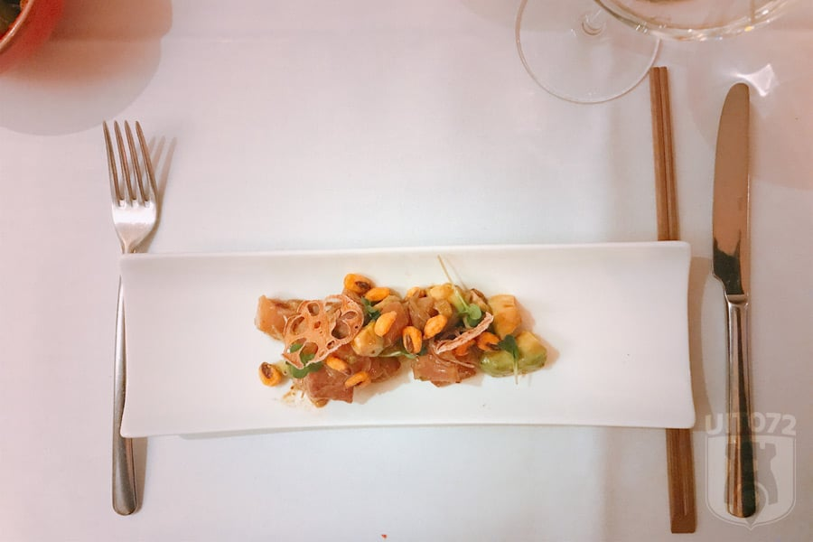 Ceviche Hamachi met avocado, crispy mais en soja truffel vinaigrette