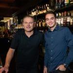 """Bartenders Dylan en Ed van De Waag Alkmaar: """"Horeca is toch altijd leuk"""""""