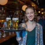 """Bartender Isa van Café De Pilaren: """"Een bh voor een biertje"""""""