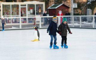 Winters tafereel: kinderen schaatsen op het ijs