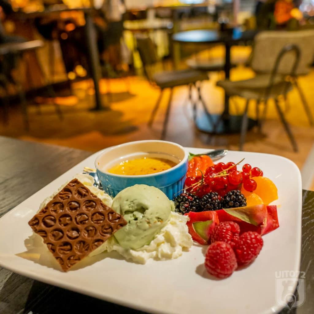 Bitemark dessert: Crème Brûlée met boerderij ijs en vers fruit