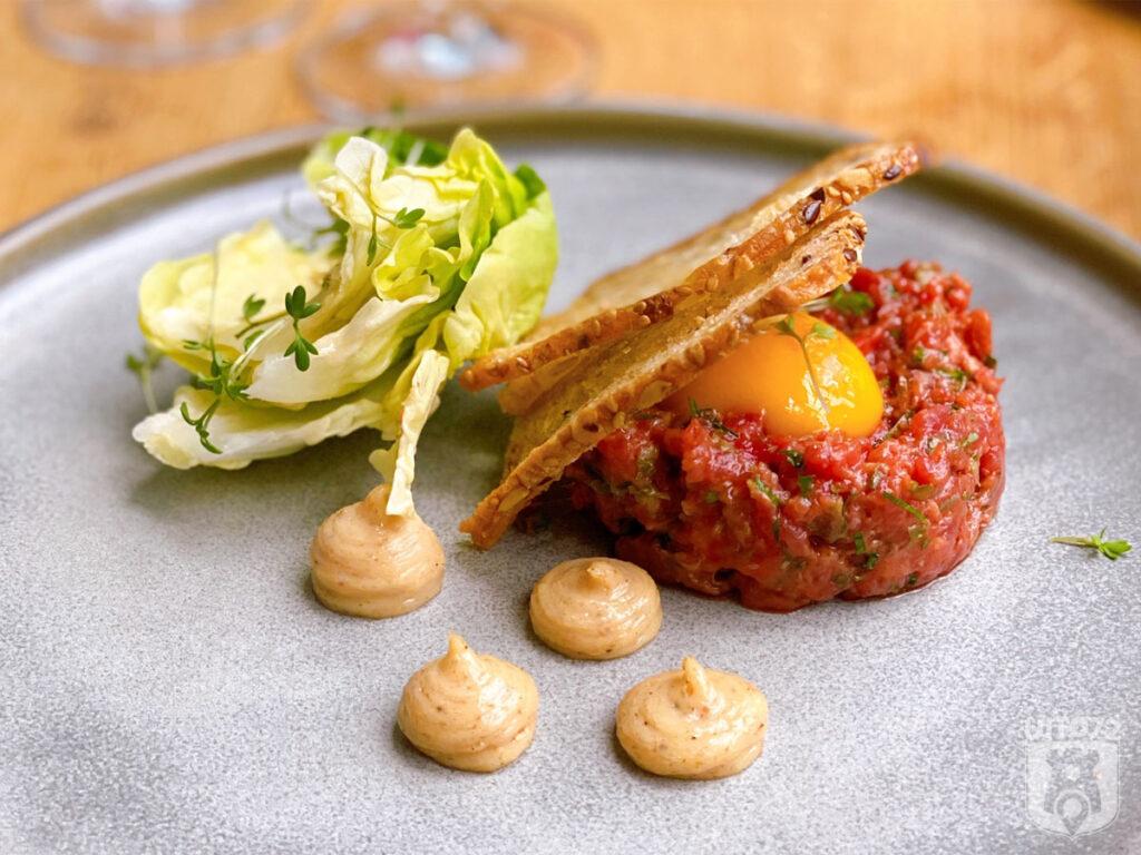 Steak tartaar met ei, bacon, mayonaise, tuinkers en zuurdesembrood