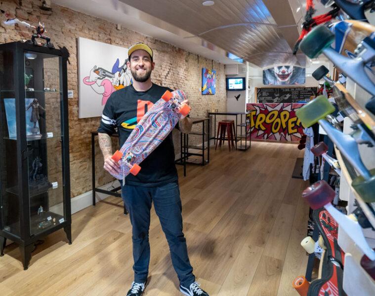 Wim Derksen met skateboard in zijn winkel