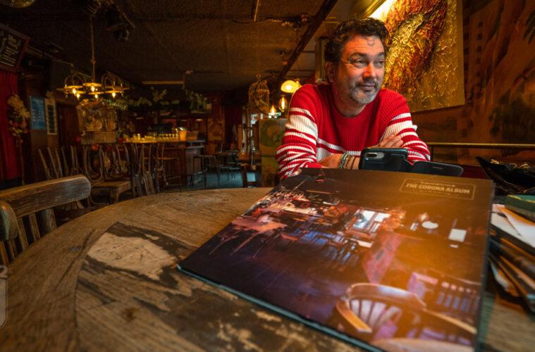 Steef met album in Taverne (Bergen)