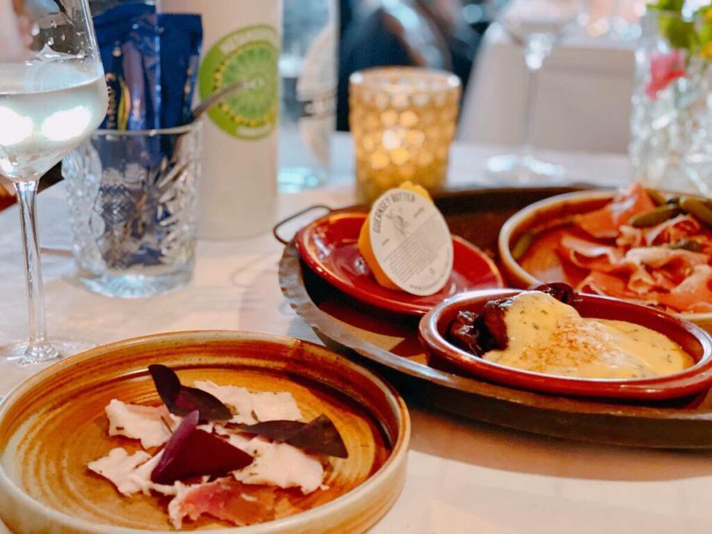 Mangalitza largo | gedroogde ham | Fougasse | Aubergine sabich | Hollandaise