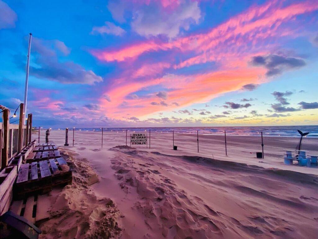 Vlak na zonsondergang op strand bij Noorderlicht